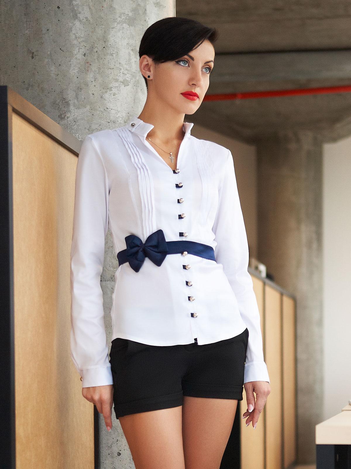 Белая блузка с воротником стойкой