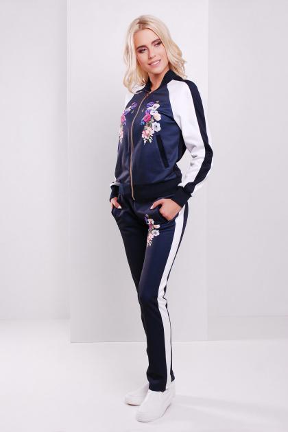 Темно-синие спортивные брюки с белой отделкой и цветочным принтом. Фиалки брюки Юниор 3ДН. Цвет: принт-т.синяя отделка