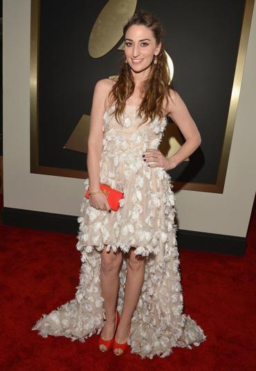 Бежевое платье с красными туфлями фото